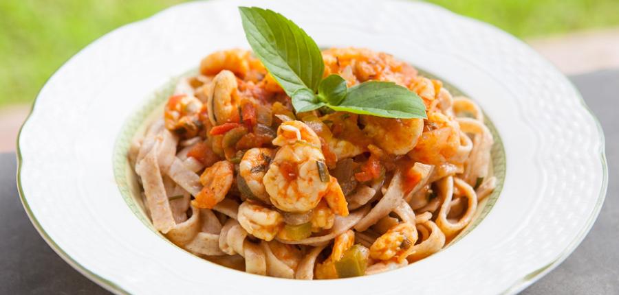 Espaguete integral ao molho de camarão